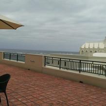 会場を出てすぐに海の見えるテラスが