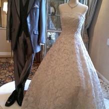 フェアで展示されていたドレスとタキシード
