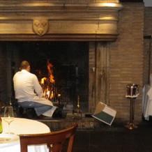 朝暖炉に火をつけているところ