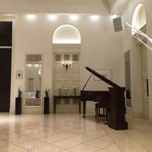 披露宴会場にピアノ