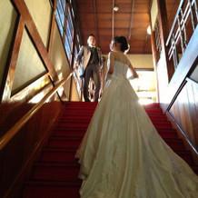 赤階段に映えるドレス