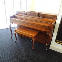 会場内のピアノ