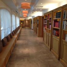 長い廊下と本棚