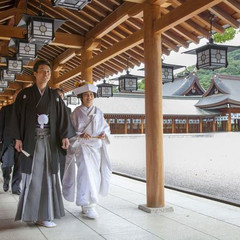 橿原神宮儀式殿の挙式後に全員で回廊を歩けば、挙式の感動もより深いものに。