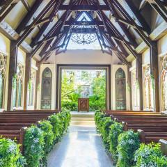 香り高い木材をダイナミックに組み上げたナチュラルなチャペル 13Mの天井高から降り注ぐ光に祝福されて