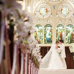 大聖堂 自慢のステンドグラスに見守られて・・・祭壇上で愛を誓っていただきます