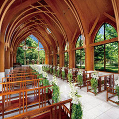 サンタムール教会:中に入れば木の香りが漂い、周りは木々に囲まれた自然の空間。非日常の自然の空間は緊張をほぐし、リラックスした状態でよりアットホームな挙式を皆様と共に!!収容人数96名