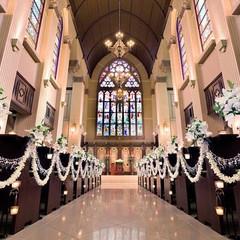 聖壇でふたりを迎えるのは、高さ11mものステンドグラス。美しく輝く英国製シャンデリアやパイプオルガンが彩る空間は、誓いの場に相応しい荘厳さ。