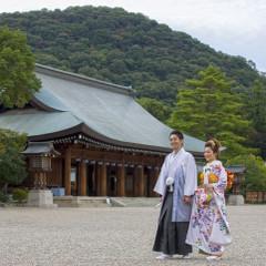 橿原神宮外拝殿(げはいでん)の後方には畝傍山(うねびやま)があり、緑に囲まれた神聖な場所。