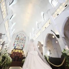 祭壇の目の前には大きなステンドグラス。一生に一度、花嫁様の一番美しい瞬間です。