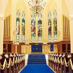 厳粛な雰囲気を醸す大聖堂は、ふたりの永遠の誓いの場所にふさわしい。バージンロードを一歩進むごとに両親への感謝の気持ちが溢れ出る