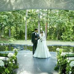自然と調和したデザインのガーデンチャペル「ZONA」。ドーム型の天蓋が開けば爽やかな風に包まれ美しい緑が目の前に広がる