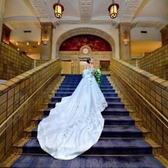 横浜市歴史的建造物に認定されている本館のメインスポットの大階段。 花嫁憧れの場所で記念に残る一枚を..
