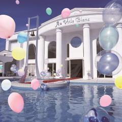 敦賀で唯一のゲストハウス。ゲートをくぐると白亜の邸宅前に広がる大きなプールガーデンに、ふたりとゲストは一気に非日常の世界にひきこまれる。プール中央にはカリヨンがあり、多彩な演出にゲストも大興奮