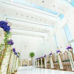 チャペル エンジェル【教会式 / 人前式】 光溢れる純白のチャペル。青空がのぞく天窓から優しい光が降り注ぐ・・・