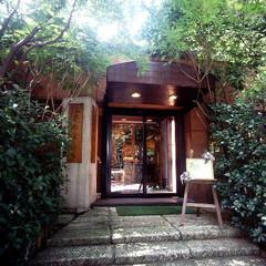 ゲストを迎えるエントランスも緑に囲まれ、心地よい雰囲気。自然と調和する外観も魅力