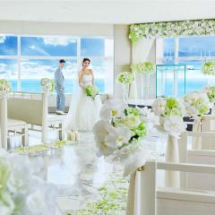 270度に広がる太平洋の水平線。白を基調としたデザインにハイセンスなキラメキ感をプラス。43階から一面の海を望む美景が、さらにスケール感を増してふたりの門出を祝福してくれる。
