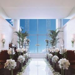 10mのバージンロードでは、ロングトレーンやベールが美しく広がる。気品溢れる花嫁の姿に、ゲストからは思わずため息が。