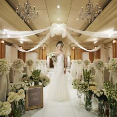 【挙式会場】 シンプルなデザインの挙式会場なので、どんなドレスも美しく見える。