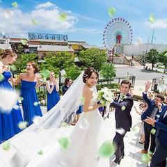 ハーバーランドの絶景が望めるチャペル。フラワーシャワーの瞬間、ゲストからの祝福と同時に感動的な眺望も楽しめる。