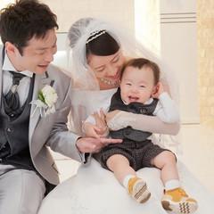 お子様と一緒の結婚式♪ 笑顔溢れるセレモニーの前の 1ショット♪ お子様の笑顔で 緊張がほぐれました!