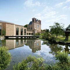 300余年の木々と神水の地名の由来となった清らかな湧水の池。歴史的に価値あるこの日本庭園が、現代建築と見事に調和して「マリエール神水苑」は誕生しました。和と洋、人と自然が壮大なスケールで出会い、ともに美しい時を奏でるウェディングの聖地です。