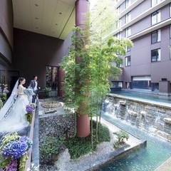 きらきら光る竹林と滝が素敵な中庭。