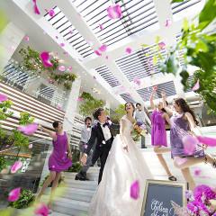 高く舞い上がる祝福のフラワーシャワーが やさしい光とともに 新郎新婦のもとへと降り注ぎます