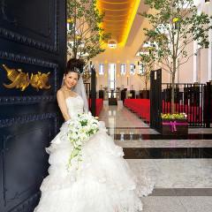 光溢れる白い空間にスカーレットのベンチシートが映えるモダンチャペル。