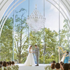 10mのガラスがら降り注ぐ光がお二人の明るい未来を演出