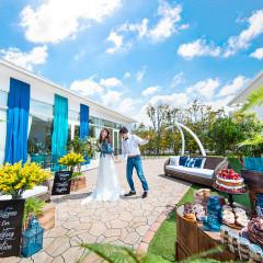 青空・陽光・緑を感じながら笑顔こぼれる中庭でのパーティ