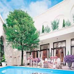 純白の一軒家は「プラチナスイート」をコンセプトに仕立てられたプール付きの邸宅