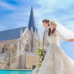 ベルヴィ郡山館のシンボルでもある青い屋根の大聖堂「聖・ステーラ教会」。その前に広がるプールからの一枚はまるで異国のよう。あなたの憧れる結婚式を叶えるならベルヴィ郡山館で。