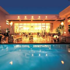 ウッドデッキのプール付ガーデンが特徴のヴィクトリアハウス。 その開放的な空間はまるで「南の島のリゾート地」のよう。松本にあるアクアリゾートウェディングを満喫できる空間です。
