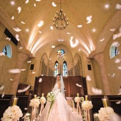 """いつの時代でも色褪せる事の無い本格派の大聖堂st,Merveille教会。ステンドグラスからは自然光が入り、ヴァージンロードに投影されより一層厳粛な雰囲気に。挙式終盤には天使からの祝福""""エンジェルフェザー""""が舞い降りる。"""