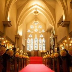 18世紀英国から譲り受けたステンドグラスが光りかがやく聖堂。陽光に照らし出された館内の美しさは訪れた人を魅了する
