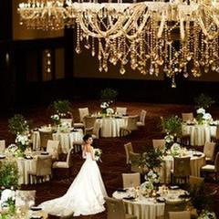 SHOUSENKAKU(昇仙閣) 煌びやかに輝くシャンデリア、上質かつ優雅な時間を過ごすホテルのメインバンケット