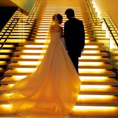優しい光に包まれる、幻想的な大階段は、ドレス姿をよりエレガントに映し出す格好のフォトスポット。また挙式後のフラワーシャワーを感動的に演出してくれます。