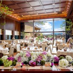 和装も洋装も似合うパーティ会場 天井高が6メートルもあり、一面が窓なので開放感でいっぱいに
