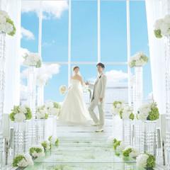 花を敷き詰めたフラワーバージンロードがロマンチックなホワイトのピュアなチャペル。