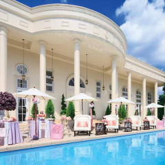 緑とプールのある白亜の邸宅すべてがおふたりの貸切に。装飾も演出もおふたりらしく、オリジナルのアットホームウェディングが叶う。