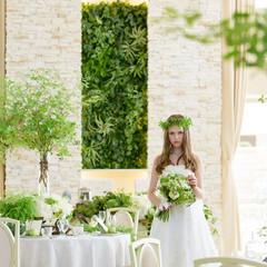ガーデンと一続きの開放的なバンケット。ホワイトを基調とした会場に映えるグリーン。季節に応じたコーディネートも映える。