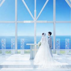 総ガラス張りの『クリスタルチャペル』 祭壇の前で誓いにのぞむふたりを水平線の輝きが包んでくれます☆