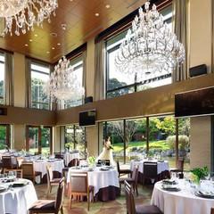 3面ガラス窓につつまれ、天高8メートルものダイナミックなパーティスペース