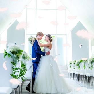大理石の長いバージンロードがドレス姿を惹きたてる。感動的なシーンで羽が舞い降りるフェザーシャワーも人気演出★