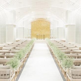 幻想的な空間の中で愛を誓う洗練された光の教会  ビルインである条件を最大限活用し幻想的な光の空間を作り出します  無数の細かいフレームは陰影により かつてない光のアーチを浮かび上がらせ ミラーに映り込む光のアーチは 永遠に続く未来への光をイメ