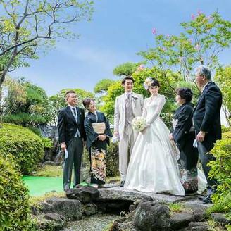 ホテル自慢の空中庭園での幸せな二人を囲んでの写真は外せません