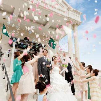 ゲストから祝福の拍手とフラワー シャワーを浴びて特別な一日を。