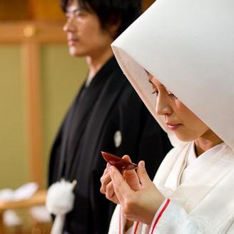 神前式MANJUDEN ステージエクスナムの中枢には出雲大社より直々にお許しをいただいたご分霊を奉斎にいる神殿があります。日本古来の神殿を持つ荘厳さと、シンプルな造り。創立以来手を加えていない空間です。