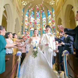 祝福のフラワーシャワーを大聖堂内で